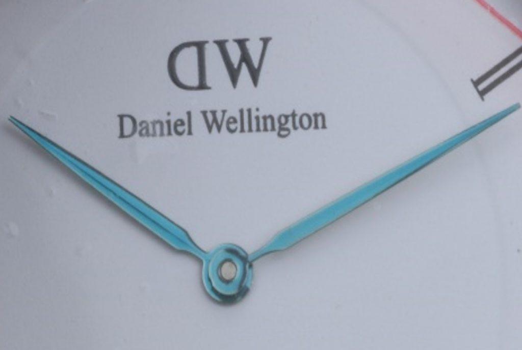 Mặt số đồng hồ Daniel Wellington Dapper fake phóng to