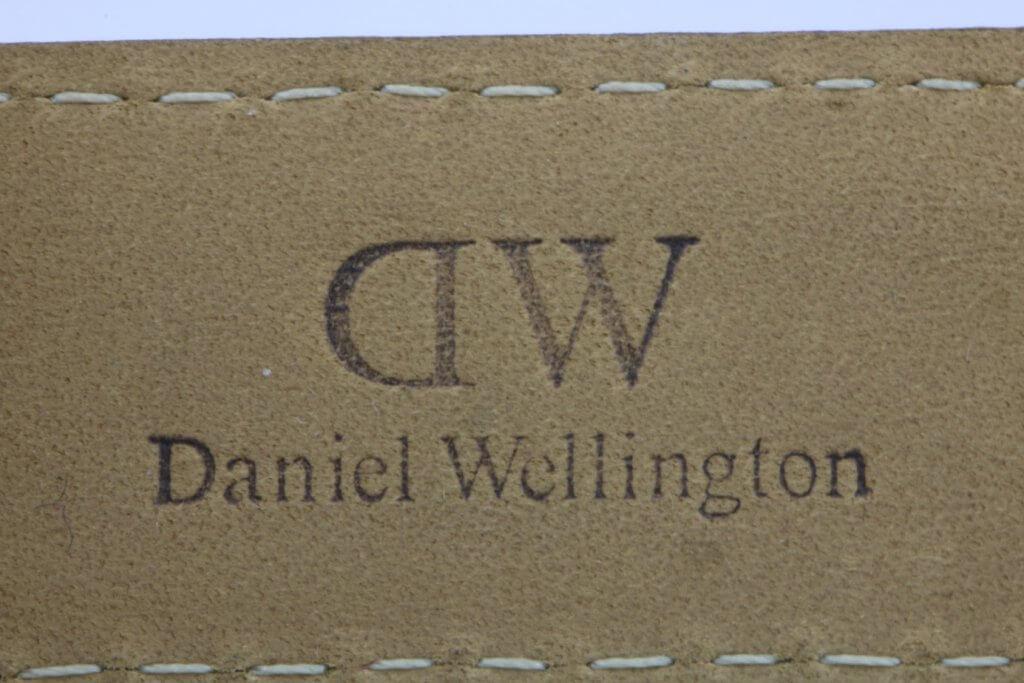 logo dập trên dây đồng hồ daniel wellington chính hãng nhìn chính diện