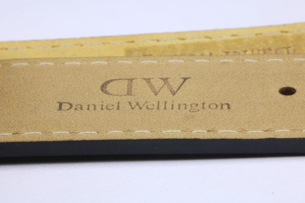 logo dập trên dây đồng hồ daniel wellington chính hãng nhìn nghiêng