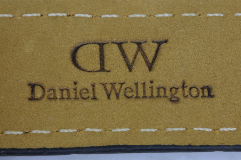 logo dập trên dây đồng hồ daniel wellington fake 2