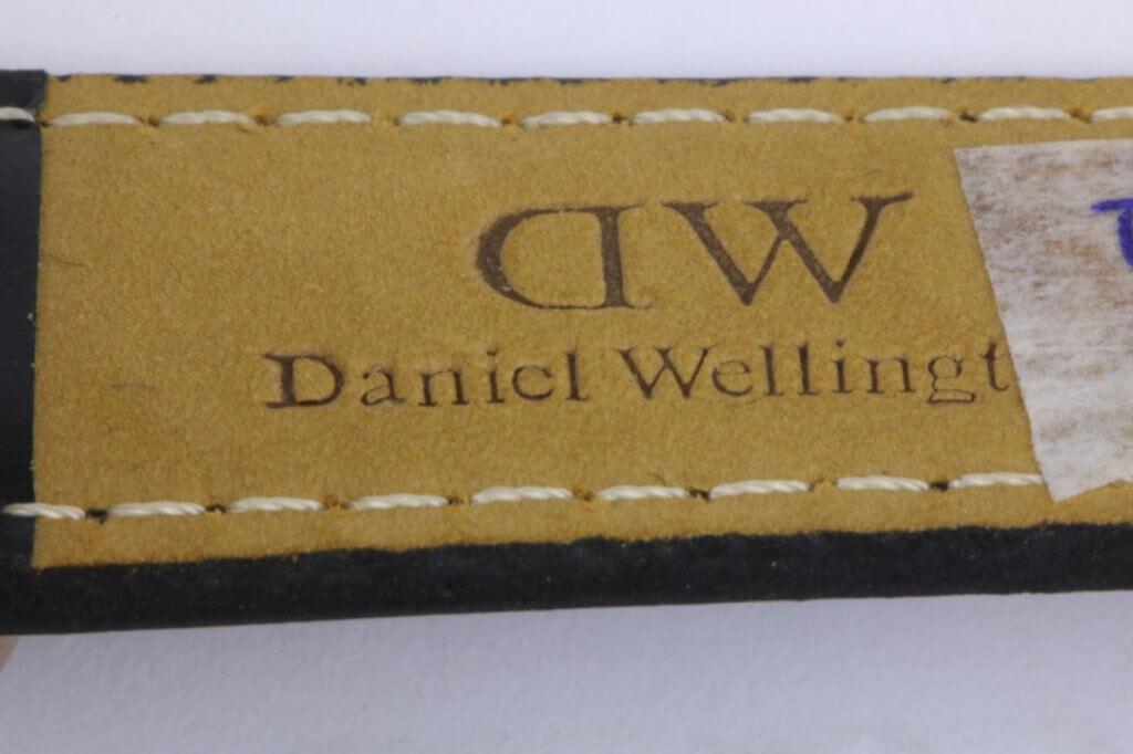 logo dập trên dây đồng hồ daniel wellington fake 3